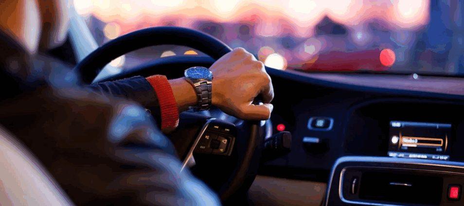 พักใช้ใบอนุญาตขับรถยนต์เนื่องจากกระทำความผิดเกี่ยวกับยาเสพติด ต้องฟ้องศาลใด?